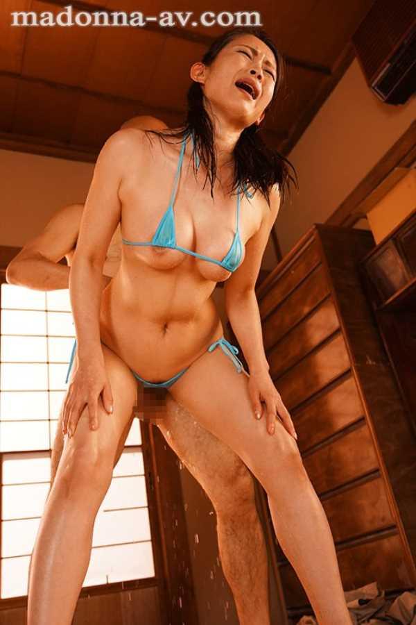 水着姿の熟女のセックス画像 8