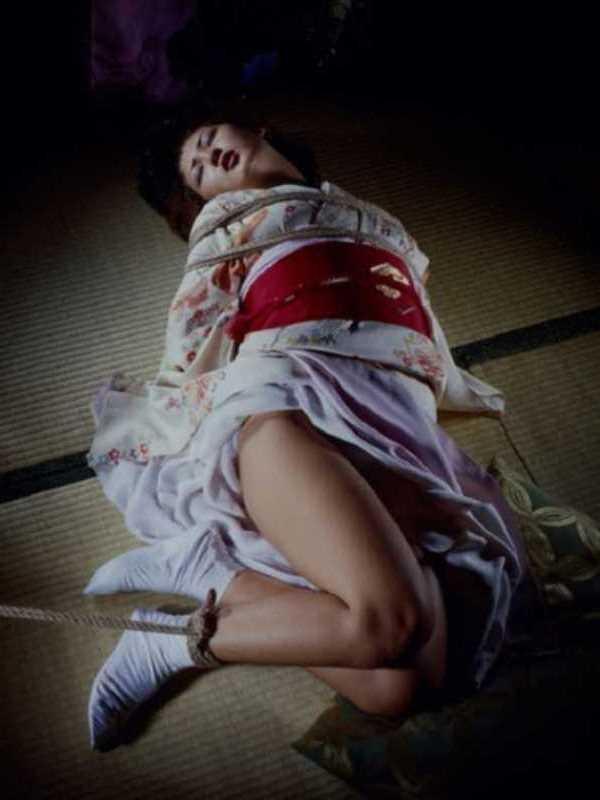 着物や浴衣の緊縛エロ画像 67