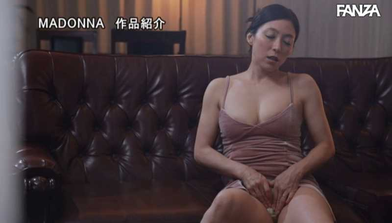 人妻清掃員の社内不倫セックス画像 40