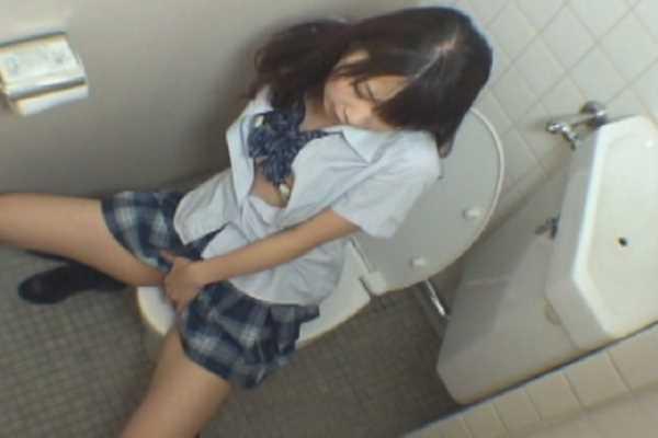 トイレに隠れて絶頂してるJKの盗撮エロ画像 2