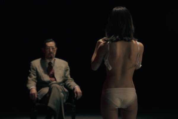 寺本莉緒ブラジャー脱衣の上半身ヌード画像 1