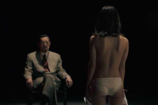 寺本莉緒ブラジャー脱衣の上半身ヌード画像 2