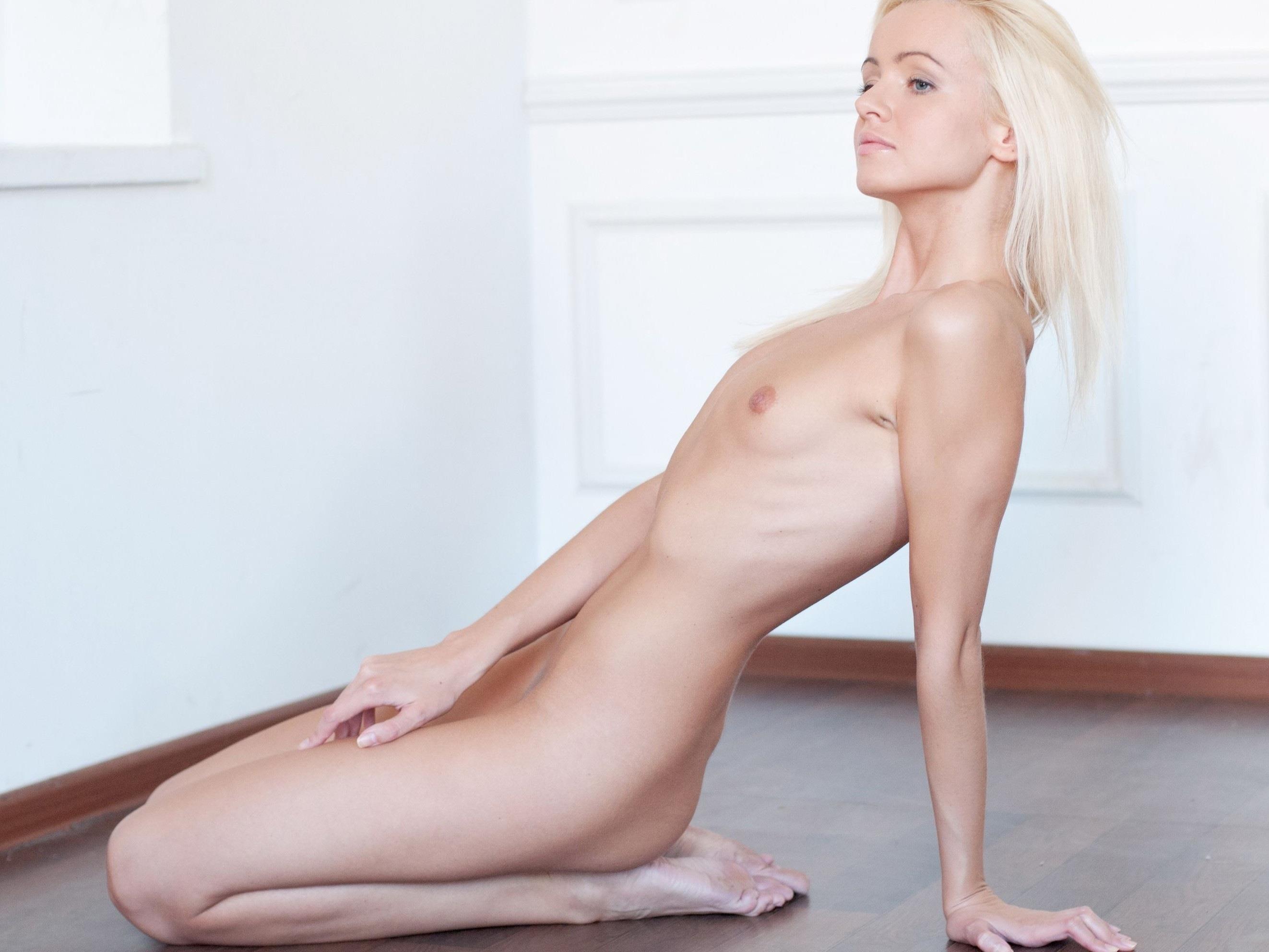 白人ブロンド美女の貧乳エロ画像 30