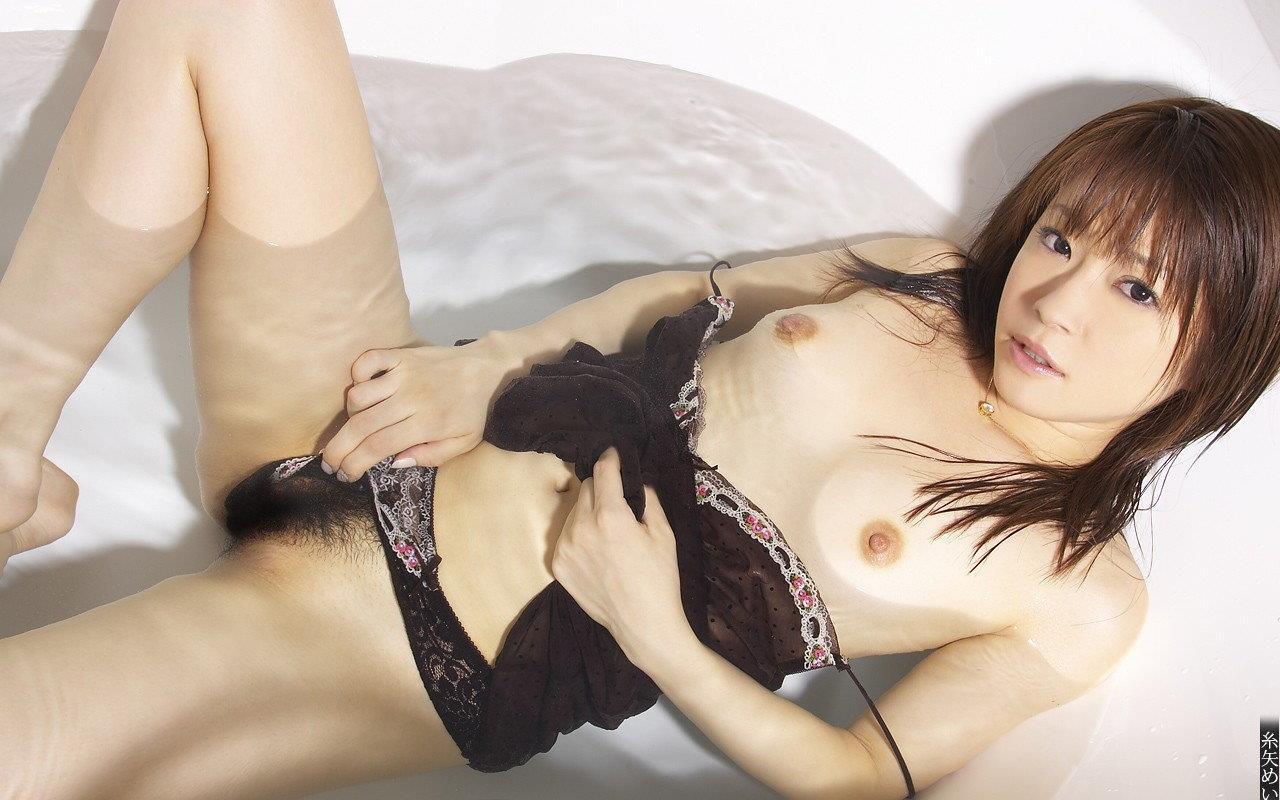 メガネ女子高生の糸矢めいがエロ可愛いヌード画像