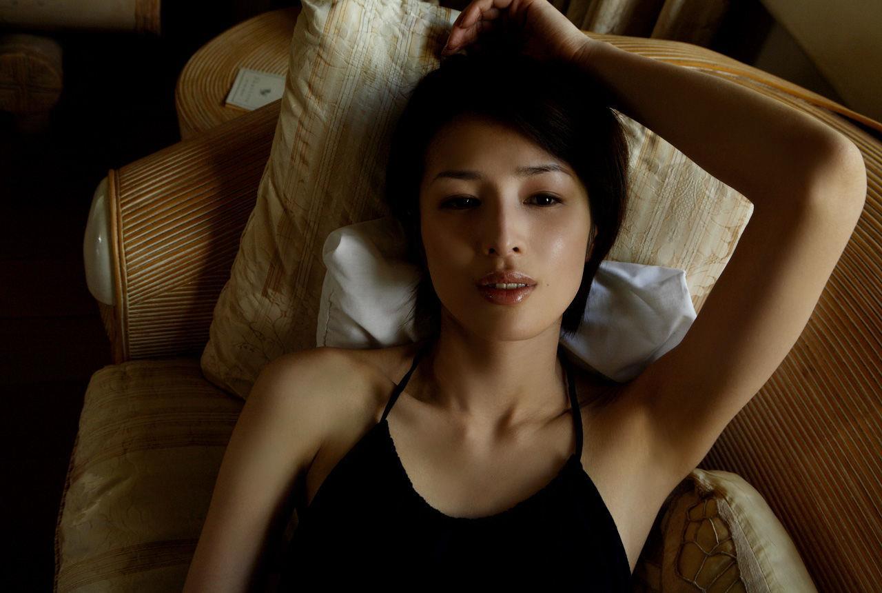 吉瀬美智子の黒の薄着