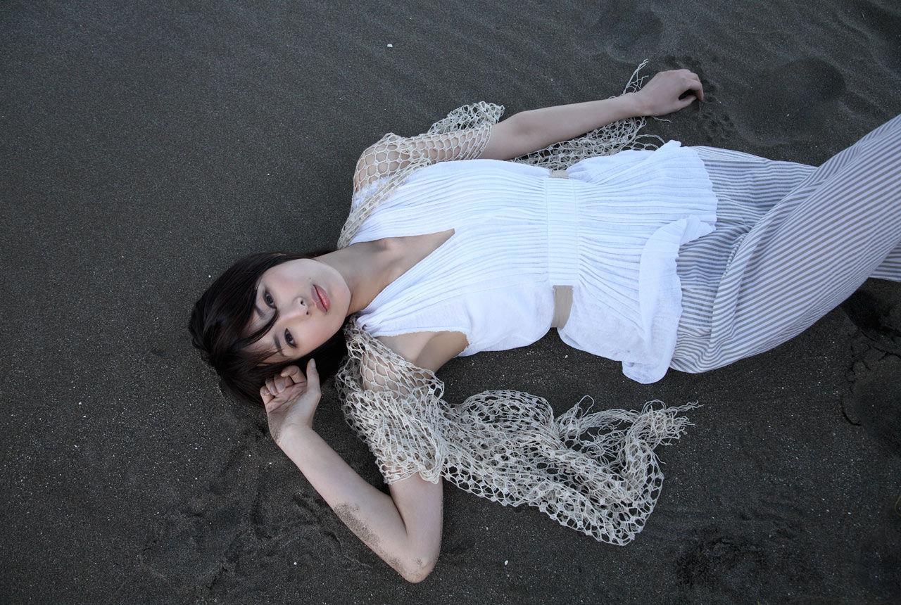 吉瀬美智子の白い衣装