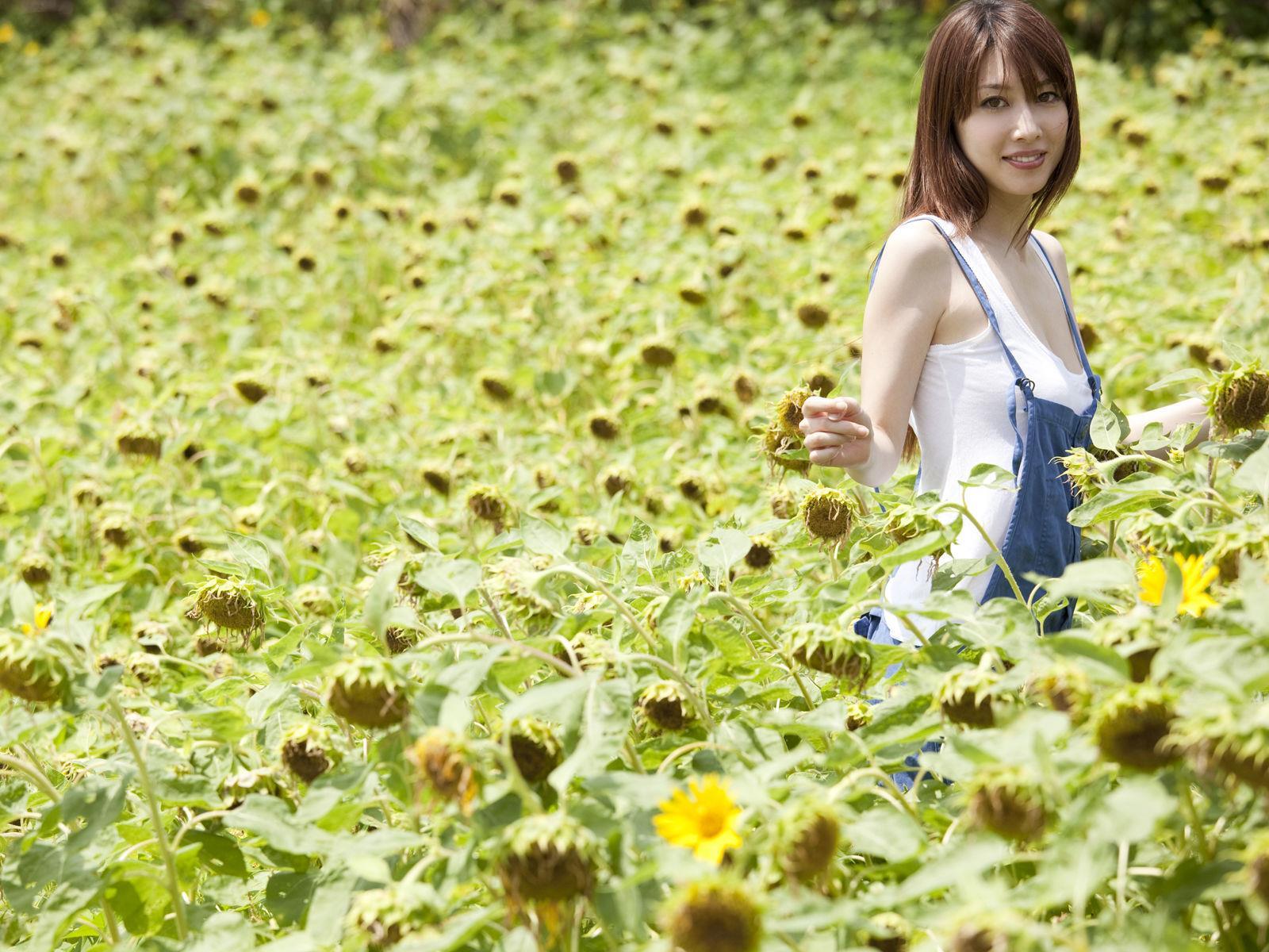 小林恵美 セミヌード画像 1