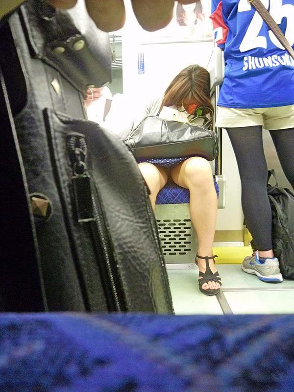 電車内盗撮画像!!下半身が無防備すぎて女のパンツが見えまくりwww