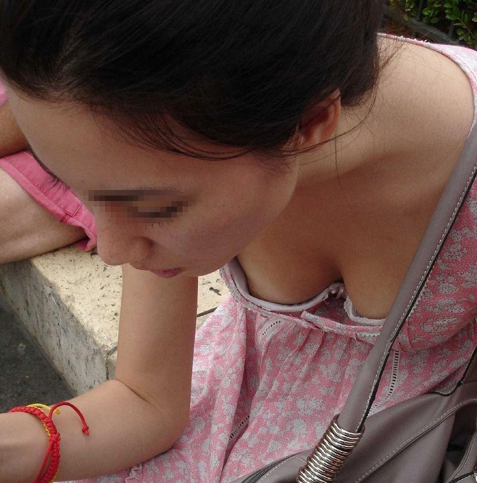 乳首チラ画像 48