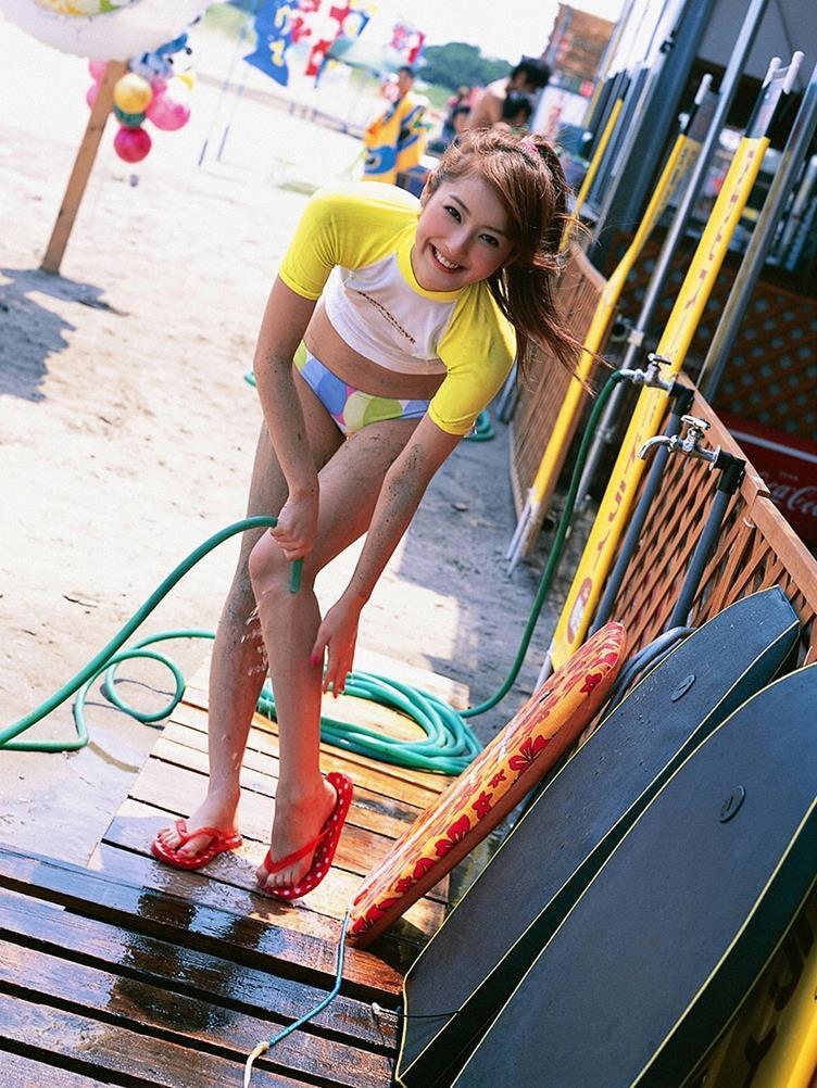 佐々木希の可愛い過激水着画像 15
