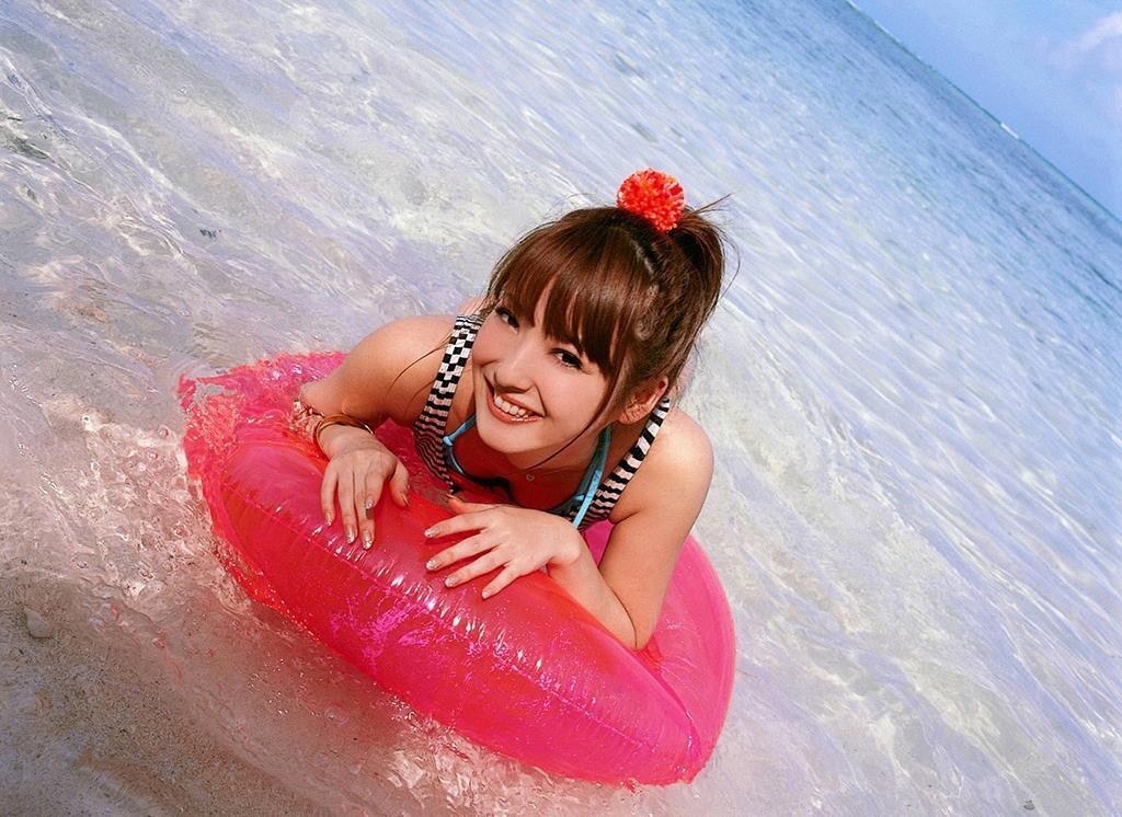 佐々木希の可愛い過激水着画像 54