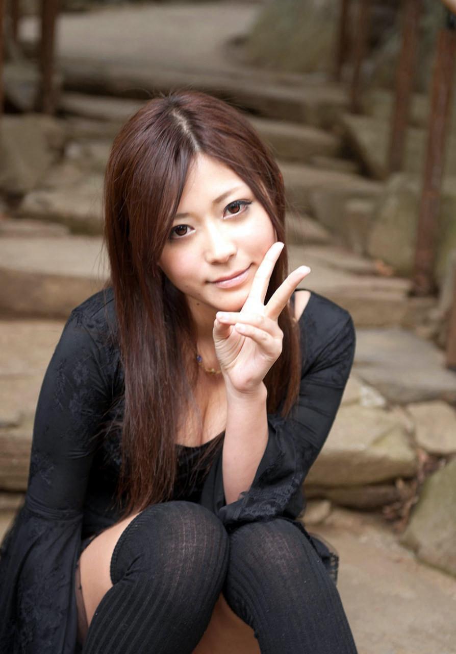 さとう遥希 黒下着に黒い服の美少女セックス画像